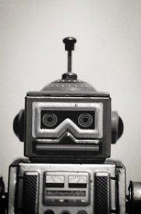 portrait noir et blanc d'un jouet robot