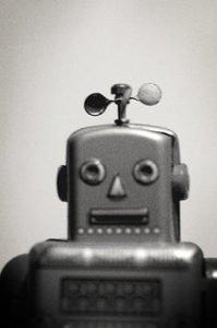 portrait en noir et blanc d'un jouet robot