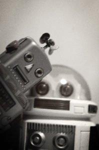 portrait noir et blanc de deux jouets robots